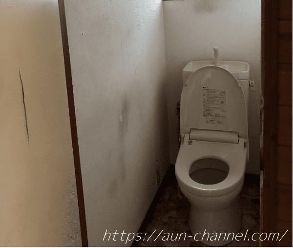 トイレと割れたドア